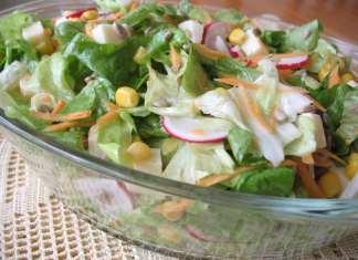 Zelena salata sa kukuruzom, rotkvicama, sirom, semenkama i šargarepom