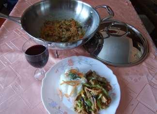 Piletina sa povrćem pripremana u voku