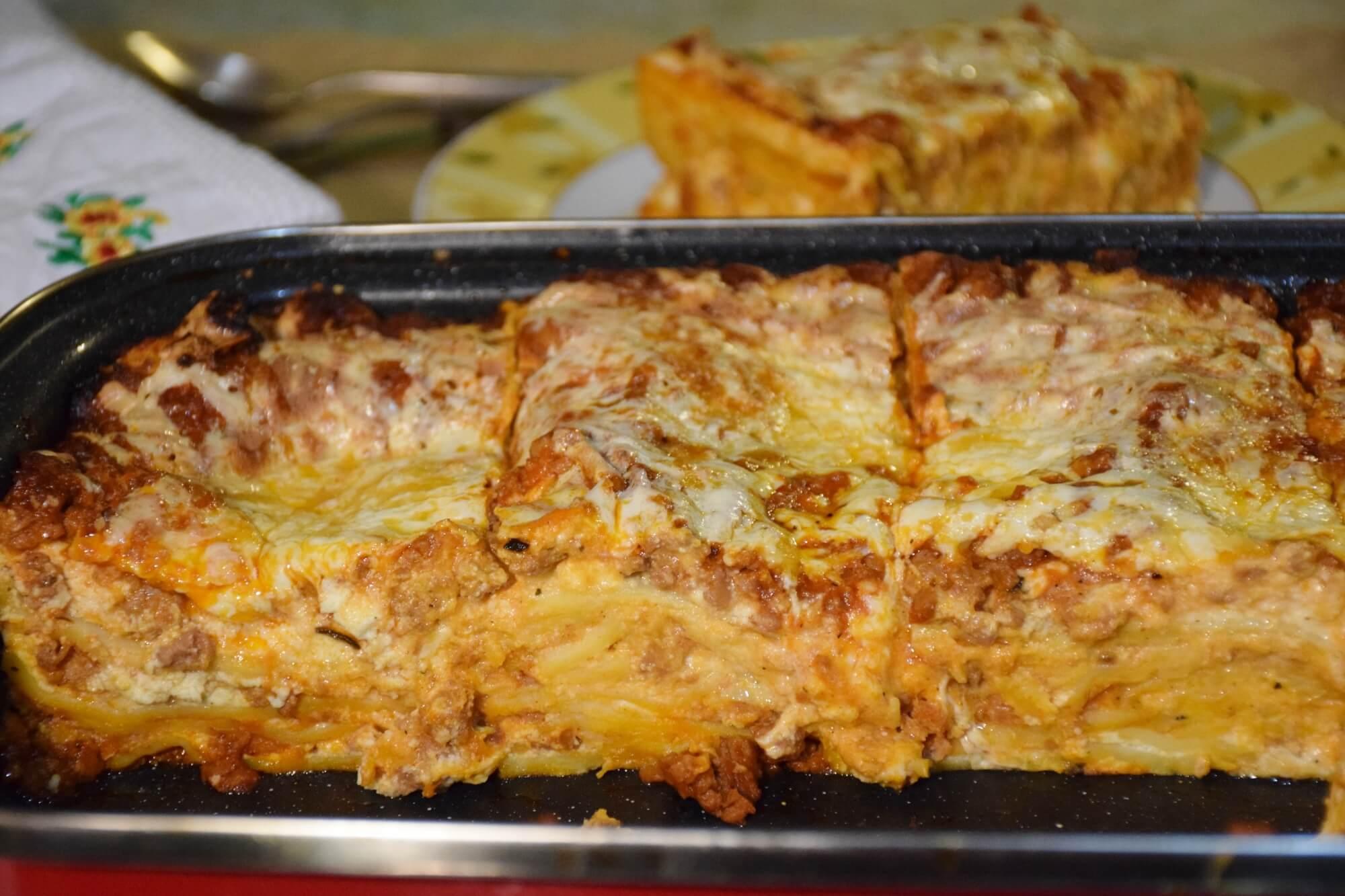 Recept za klasične lazanje sa filom od sira i umakom od mesa i paradajza