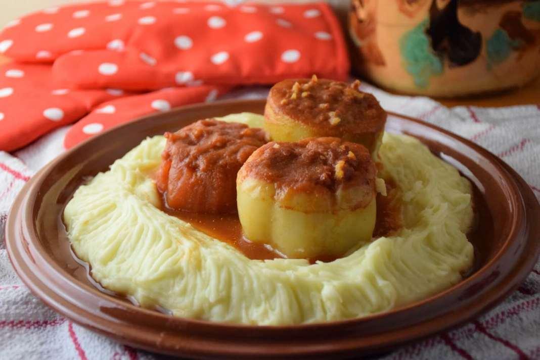 Mix punjenih paprika, tikvica i paradajza u soku od paradajza