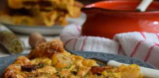 Omlet sa pečenim krompirom, kobasicom i lukom iz rerne