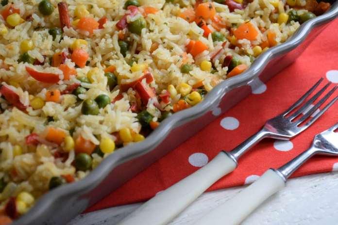 Jednostavan prilog od pirinča i mešavine povrća