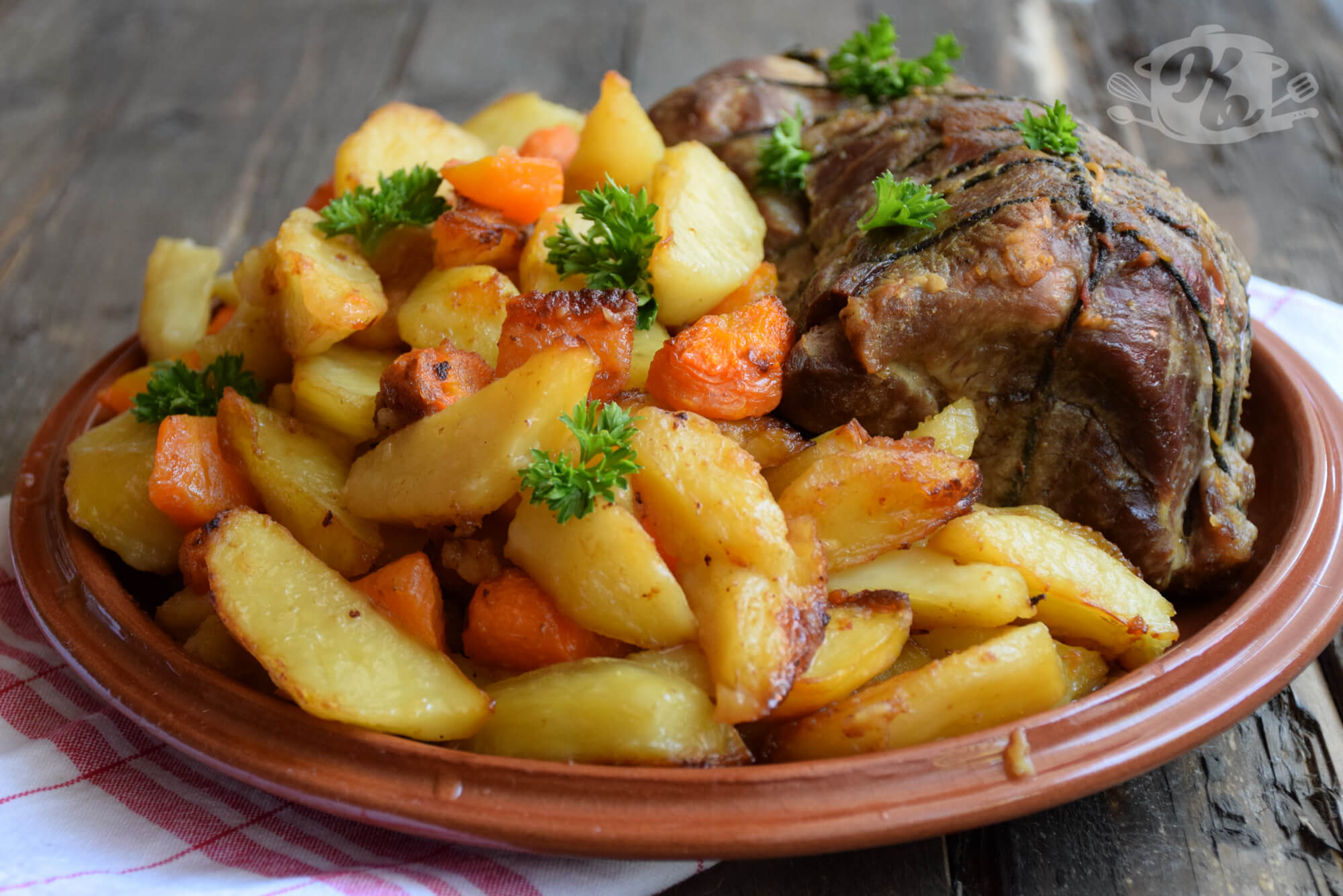 Svinjski vrat pečen u komadu sa prilogom od pečenog krompira