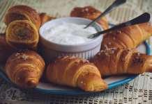 Pikantni kroasani punjeni mesom i sirom - na brži način