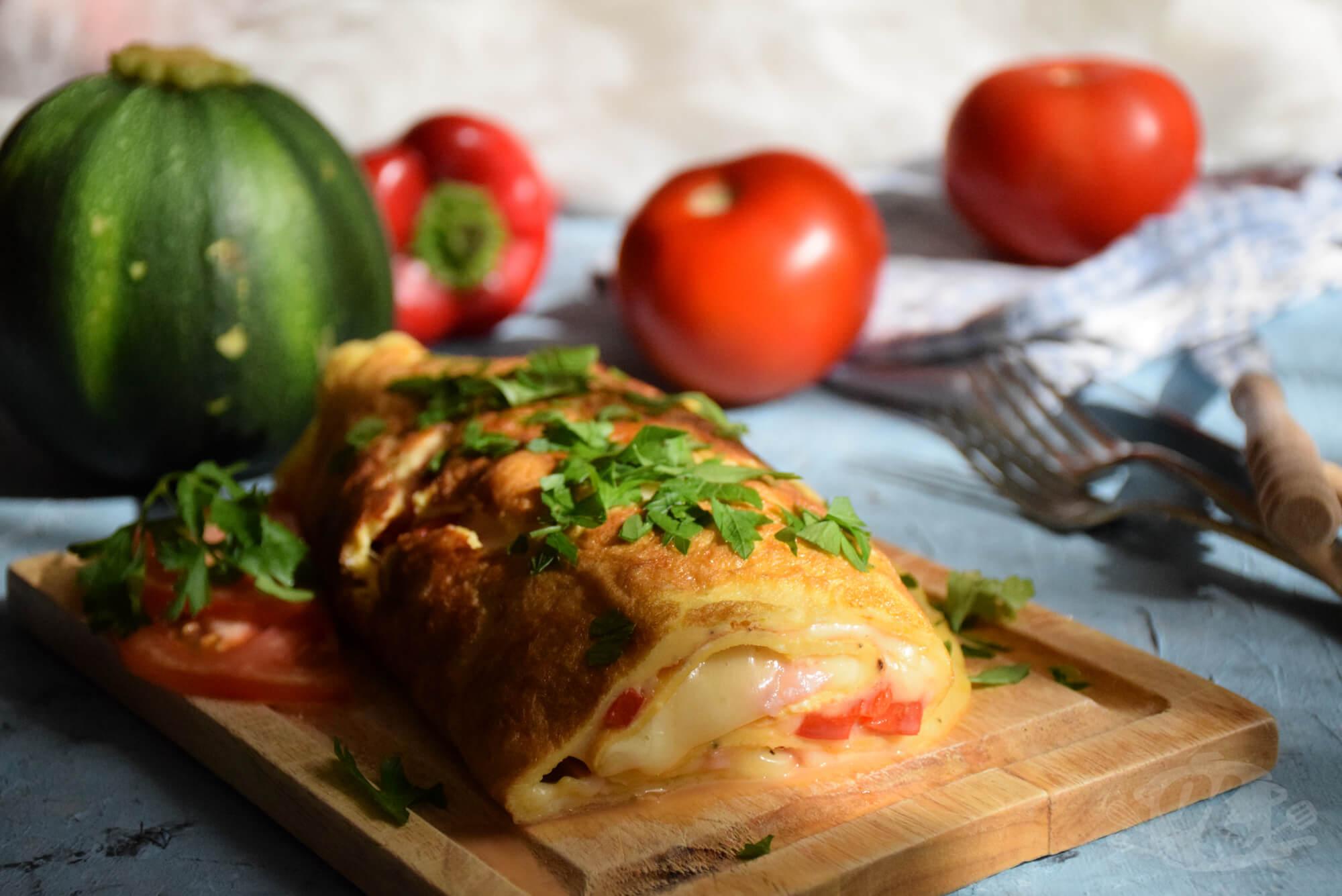 Rolovani omlet punjen sa sirom i dodacima po želji