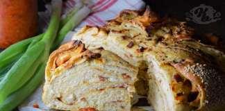 Slojeviti hleb sa ajvarom, sirom, lukom i kulenom